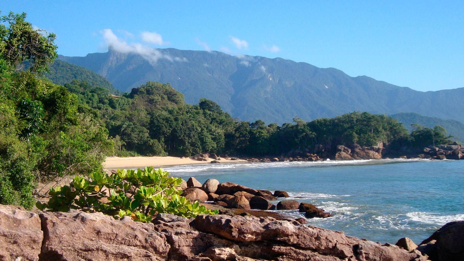 Pedras em praia de Ubatuba